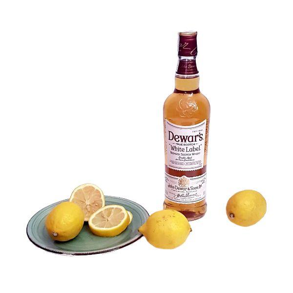 Botella-de-Dewars-y-limones